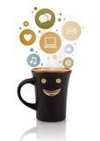 Taza de café con el social e iconos de los medios en burbujas coloridas Imagen de archivo