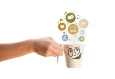 Taza de café con el social e iconos de los medios en burbujas coloridas Fotografía de archivo