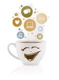 Taza de café con el social e iconos de los medios en burbujas coloridas Imágenes de archivo libres de regalías