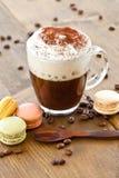 Taza de café con espuma cremosa de la leche Fotos de archivo