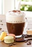 Taza de café con espuma cremosa de la leche Imagen de archivo libre de regalías