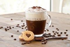Taza de café con espuma cremosa de la leche Foto de archivo libre de regalías
