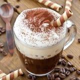 Taza de café con espuma cremosa de la leche Fotografía de archivo libre de regalías
