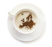 Taza de café con espuma y de polvo en la forma de Europa (serie Fotografía de archivo