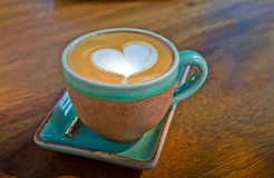 Taza de café, con forma del corazón en el fondo de madera Fotos de archivo