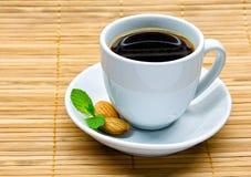 Taza de café con la almendra y la menta Fotos de archivo libres de regalías