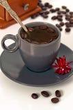 Taza de café con la amoladora de café Fotografía de archivo libre de regalías