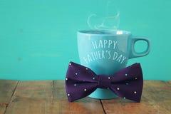 Taza de café con la corbata de lazo Father& x27; concepto del día de s Imagen de archivo libre de regalías