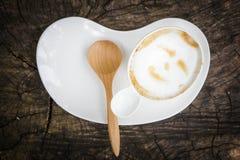 Taza de café con la cuchara de madera Foto de archivo