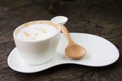 Taza de café con la cuchara de madera Foto de archivo libre de regalías