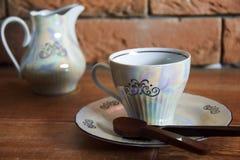 Taza de café con la cuchara del chocolate fotos de archivo