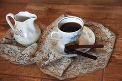 Taza de café con la cuchara del chocolate fotos de archivo libres de regalías