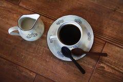 Taza de café con la cuchara del chocolate foto de archivo