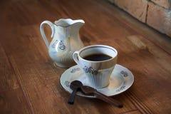 Taza de café con la cuchara del chocolate imagen de archivo