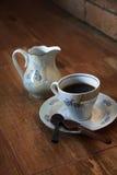 Taza de café con la cuchara del chocolate imagenes de archivo