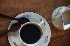 Taza de café con la cuchara del chocolate imágenes de archivo libres de regalías