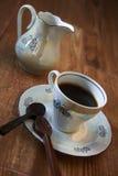 Taza de café con la cuchara del chocolate foto de archivo libre de regalías