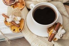 Taza de café con la decoración del aroma de la Navidad Imagen de archivo libre de regalías