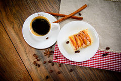 Taza de café con la empanada de Apple en Woody Backfround foto de archivo
