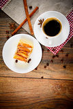 Taza de café con la empanada de Apple en Woody Background fotografía de archivo libre de regalías
