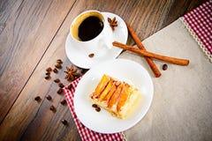 Taza de café con la empanada de Apple en Woody Background fotos de archivo