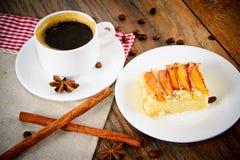 Taza de café con la empanada de Apple en Woody Background Foto de archivo libre de regalías