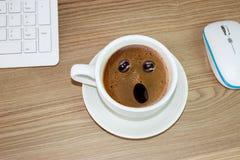Taza de café con la expresión asombrosa adentro en el café poner crema Imágenes de archivo libres de regalías