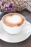 Taza de café con la flor violeta hermosa Imagen de archivo libre de regalías