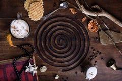Taza de café con la galleta belga, libro del vintage en la tabla antigua Fotografía de archivo