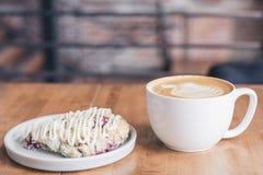 Taza de café con la hoja formada leche y una tarta de la fruta fotos de archivo libres de regalías