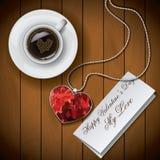 Taza de café con la letra con el colgante en el fondo de madera Fotos de archivo