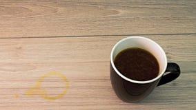 Taza de café con la mancha del café imagen de archivo