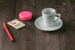 Taza de café con la marca del lápiz labial y nota y x27; amo el you& x27; en la tabla Imagen de archivo libre de regalías