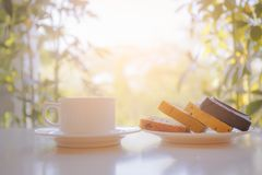 Taza de café con la placa del pan en la tabla Foto de archivo libre de regalías
