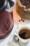 Taza de café con la reflexión Fotografía de archivo libre de regalías