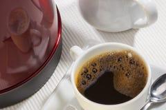 Taza de café con la reflexión Foto de archivo