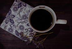 Taza de café con la servilleta Fotografía de archivo libre de regalías