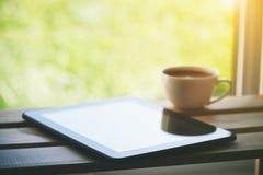Taza de café con la tableta imágenes de archivo libres de regalías