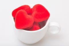 Taza de café con la tarjeta del día de San Valentín Fotos de archivo