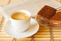 Taza de café con la torta de esponja Imágenes de archivo libres de regalías