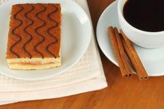 Taza de café con la torta de la cereza Fotografía de archivo libre de regalías