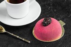 Taza de café con la torta de la crema batida Imagen de archivo