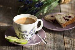 Taza de café con la torta y la cal Foto de archivo libre de regalías