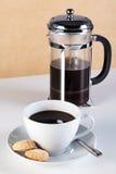 Taza de café con las galletas del cafetiere y del amaretti Imagen de archivo