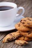 Taza de café con las galletas en una tabla de madera Fotografía de archivo libre de regalías