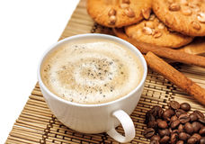 Taza de café con las galletas y el cinamomo Imagen de archivo