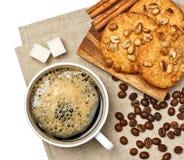 Taza de café con las galletas y el cinamomo Imágenes de archivo libres de regalías