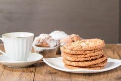 Taza de café con las galletas y los molletes sabrosos Fotografía de archivo