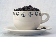Taza de café con las habas Foto de archivo