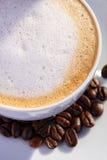 Taza de café con las habas Fotografía de archivo